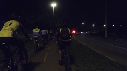 Pedalando: saiba como andar de bike à noite, com segurança