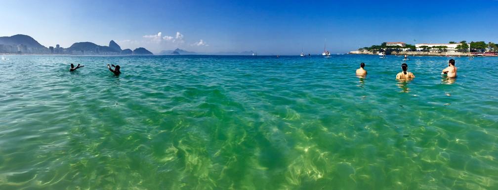 Praia de Copacabana com água verde cristalina, com o Pão de Açúcar ao fundo (Foto: José Raphael Berrêdo/G1)