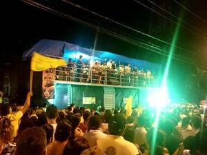 Dia de votação em Ariquemes: Candidato eleito Thiago Flores (PMDB) realiza discurso do alto de trio elétrico na Avenida Tancredo Neves, em Ariquemes (Foto: Jeferson Carlos/G1)