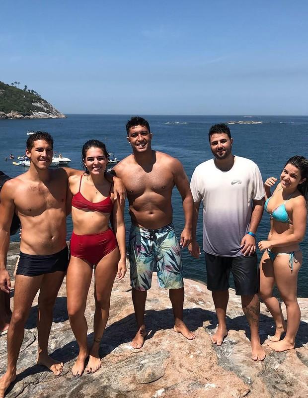 Julia Konrad com namorado e amigos (Foto: Reprodução)