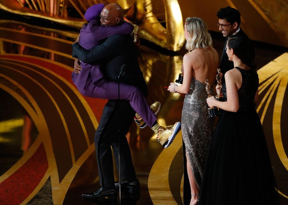 Spike Lee pula em Samuel L. Jackson após o anúncio do Oscar de Melhor Roteiro Adaptado por 'Infiltrado na Klan' — Foto: Mike Blake/ Reuters