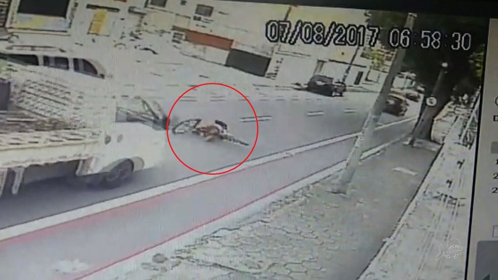 Ciclista trafegava na ciclofaixa e caiu em faixa de veículos quando perdeu a consciência (Foto: TV Verdes Mares/Reprodução)