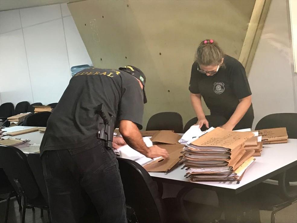 PF apreende documentos na sede da Seduc, em Teresina, durante operação. (Foto: Felipe Pereira/TV Clube)