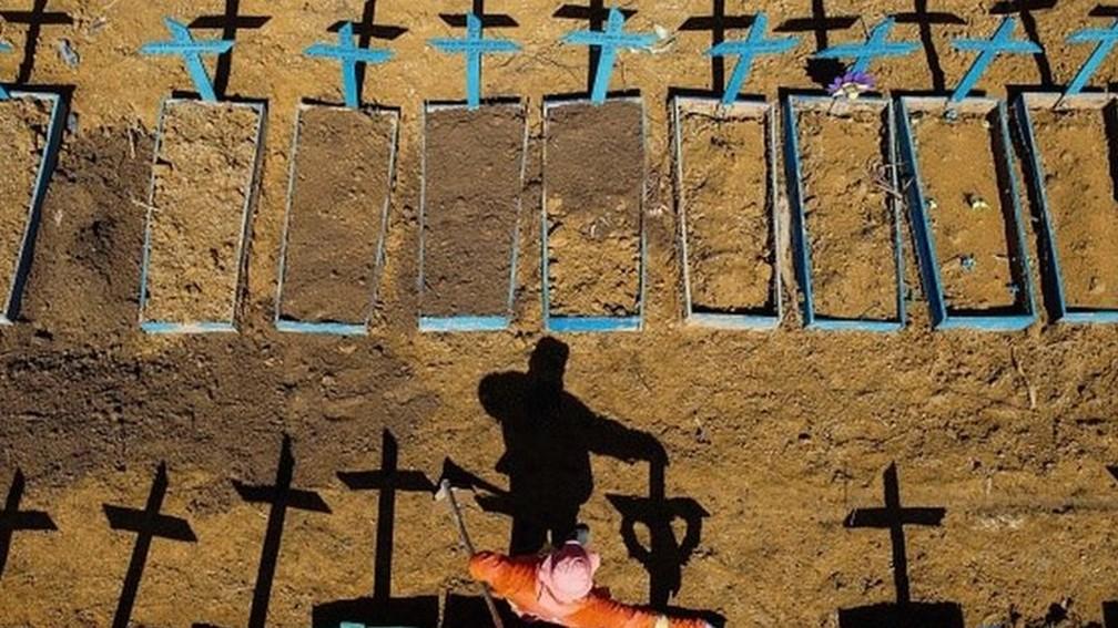 Cemitério durante a pandemia de Covid-19 — Foto: Getty Images via BBC