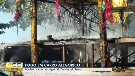 Carro alegórico usado em desfile do carnaval de Vitória pega fogo