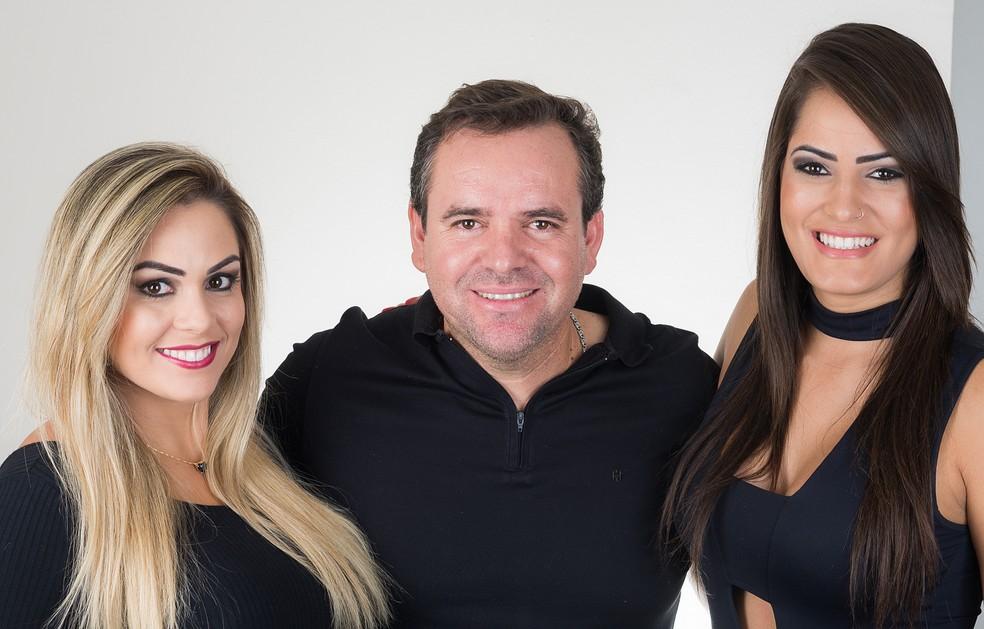 O maquiador e cabeleireiro Jorge Santos produz estilos de Aline e Isabela (Foto: Érico Andrade/G1)