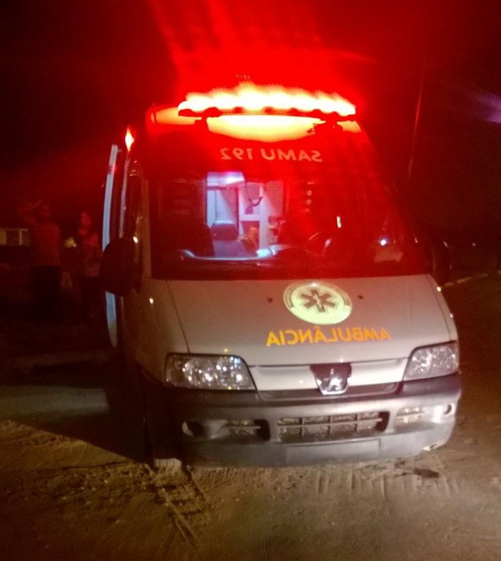 Jovem furtou ambulância do Samu e bateu veículo; ele foi detido por moradores em Cuiabá (Foto: PM/Divulgação)