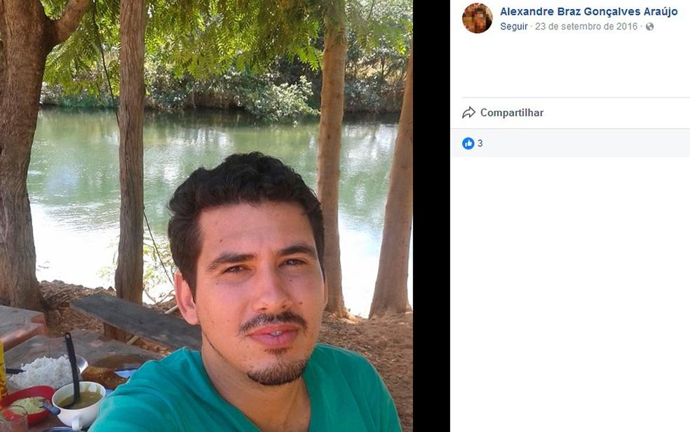 Alexandre Braz Gonçalves Araújo, de 31 anos, morreu no local do acidente (Foto: Reprodução / Facebook )