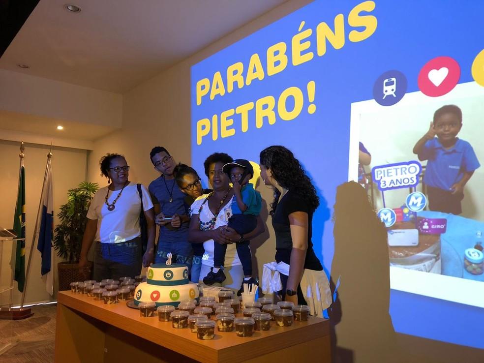 Metrô faz nova festa para menino Pietro — Foto: Larissa Caetano/G1