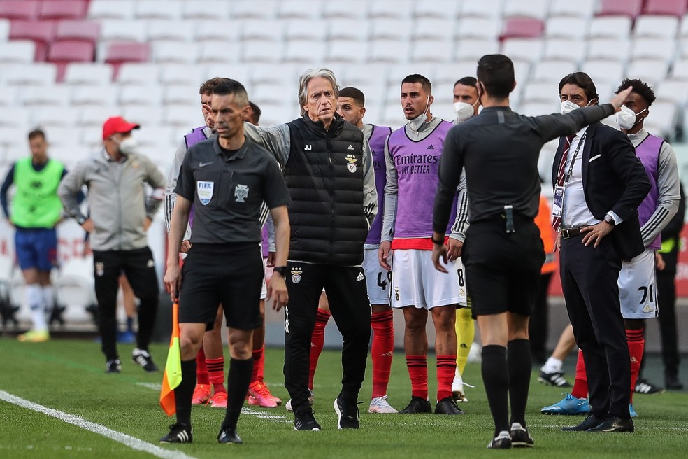 Jorge Jesus reclama com quarto árbitro durante Benfica x Porto — Foto: EFE/EPA/MARIO CRUZ