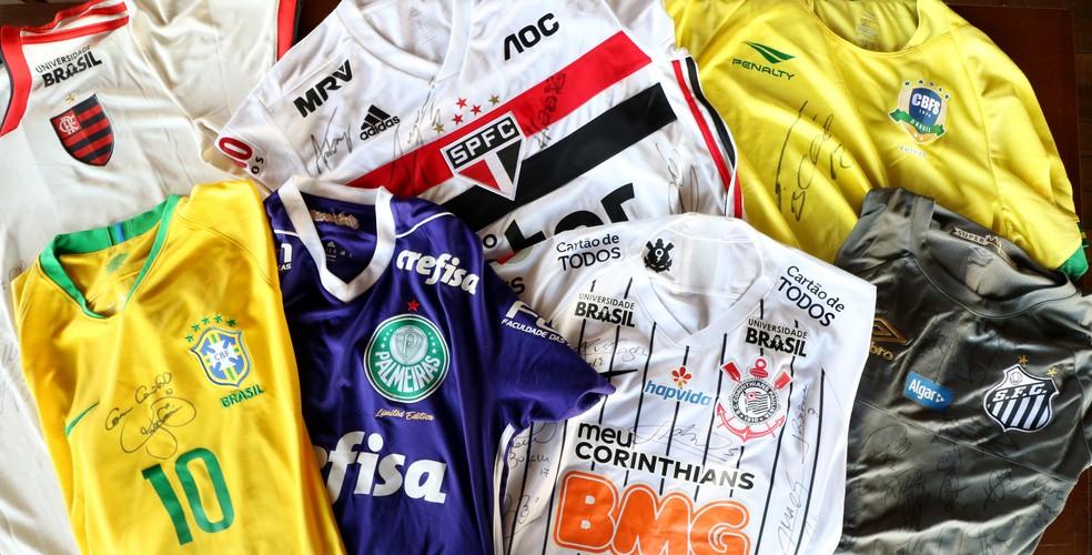 Camisas que serão leiloadas em prol de Enzo — Foto: Danilo Sardinha/GloboEsporte.com