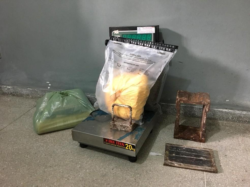 Na casa do homem foram encontrados materiais utilizados para o tráfico de drogas, em Campina Grande — Foto: Felipe Valentim/TV Paraíba