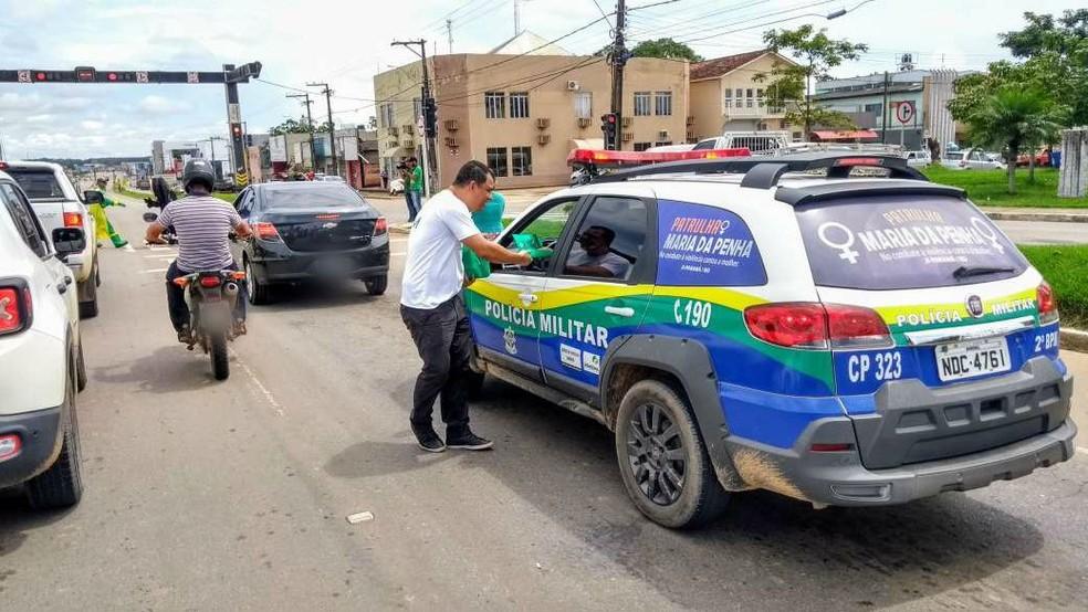 Panfletos foram entregues aos condutores para informar sobre a importância da preservação do solo — Foto: Gedeon Miranda/G1