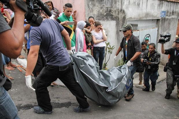 Corpo é retirado da casa do pintor Jorge de Oliveira na região do Jabaquara, Zona Sul de São Paulo (Foto: Amauri Nehz/Brazil Photo Press/Estadão Conteúdo)