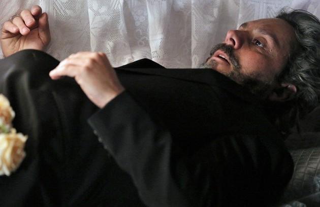 No decorrer da história, José Alfredo irá forjar a própria morte depois que informações sobre o seu passado forem descobertas. Ele usa o tempo 'morto' para investigar Maurílio (Carmo Dalla Vecchia), que surge ameaçando seu império (Foto: Reprodução)