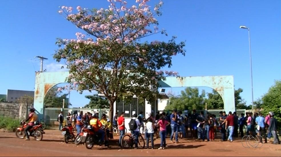 Estudantes foram impedidos de entrar no campus da UFT em Araguaína (Foto: TV Anhanguera/Reprodução)