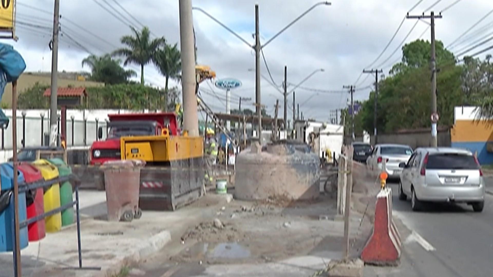 Obra feita há 7 anos prejudica o trânsito, pedestres e comerciantes em Suzano - Notícias - Plantão Diário