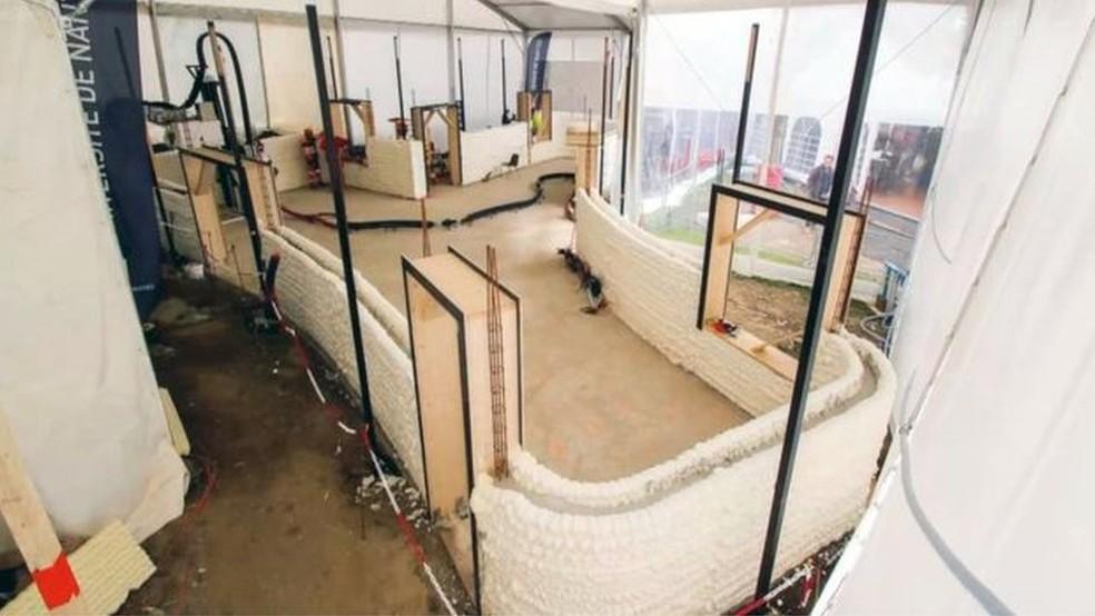 O espaço entre os dois blocos impressos é preenchido com cimento para formar as paredes (Foto: BBC)