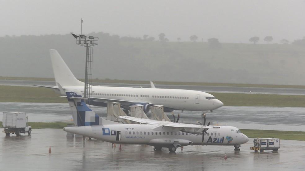 Avião com deportados chegou com mais de 100 passageiros ao Aeroporto Internacional de Belo Horizonte, em Confins — Foto: Reprodução/TV Globo