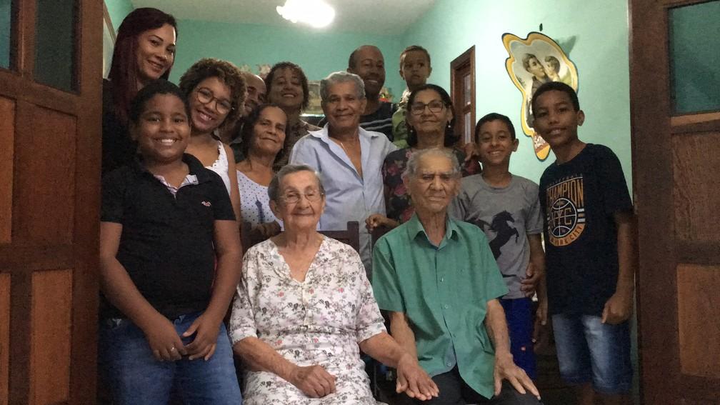 Casal de idosos com parte da família em Salvador — Foto: Alan Tiago Alves/G1
