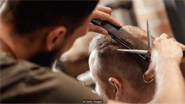 Mentir faz parte da interação humana - como quando evitamos dizer o que realmente pensamos sobre o corte de cabelo de alguém (Foto: GETTY IMAGES)