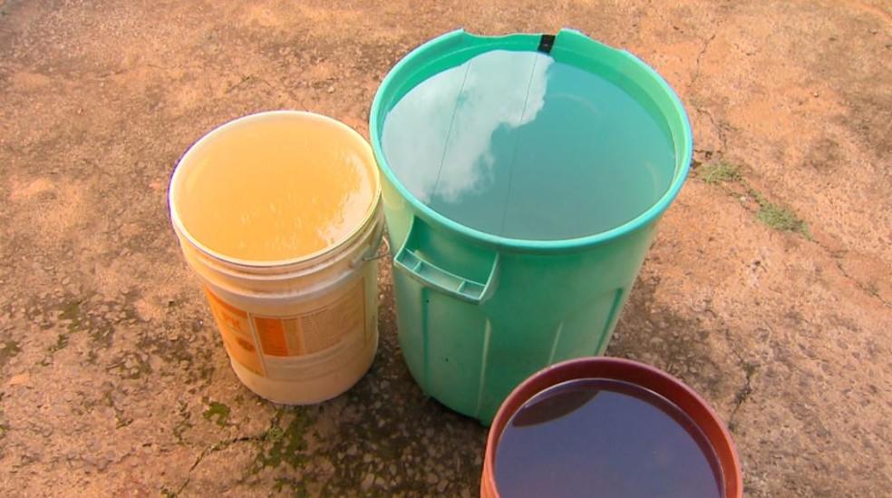 Moradores armazenam água em baldes em Orlândia, SP (Foto: Reprodução/EPTV)