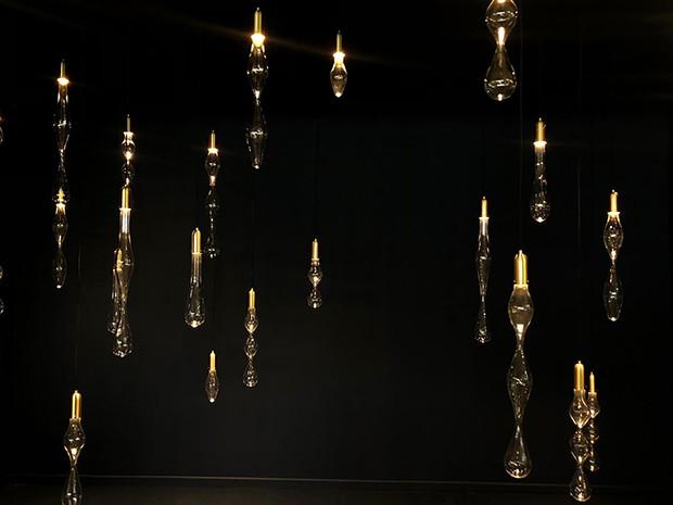 Confeccionadas em borossilicato e soquete em latão escovado, a série conta com 7 opções de formatos. As luminárias possuem pequenas variações, permitindo que as pessoas se reconheçam nas peças. (Foto: Divulgação)