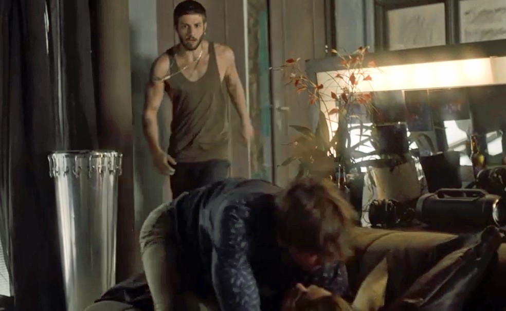 Ícaro flagra Remy agarrando Luzia e corre para salvar a mãe (Foto: TV Globo)