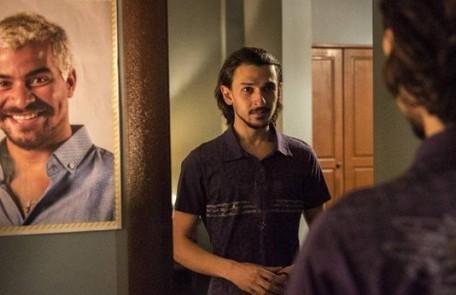 Na segunda-feira (10), Elias (Ravel Andrade) vai decidir se passar por Domênico para se aproximar de Ryan (Thiago Martins) TV Globo