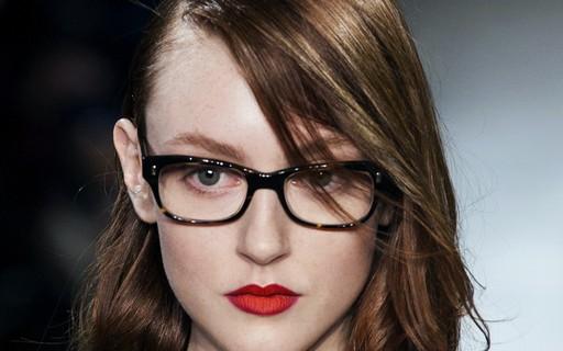 9379dba90 4 dicas de make que quem usa óculos tem que saber - Vogue | maquiagem
