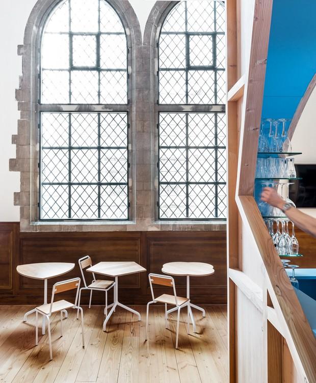 As janelas originais da capela possuem o clássico estilo gótico (Foto: Ban Staeyen interior Architects/ Reprodução)
