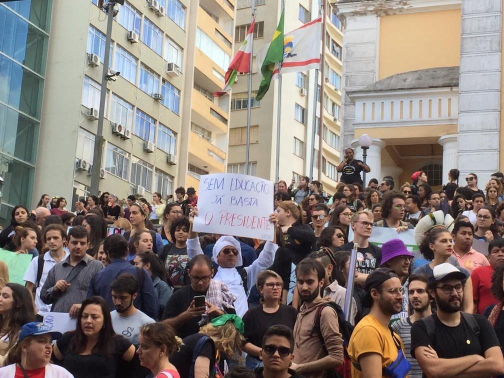 Florianópolis (SC) - Protesto contra bloqueios na educação. — Foto: Flávia Terres/G1