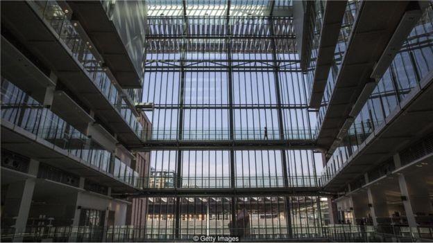 O Instituto Francis Crick é o maior centro de pesquisa biomédica da Europa, com cerca de 1250 cientistas e outros 250 profissionais (Foto: DAN KITWOOD via BBC News Brasil)
