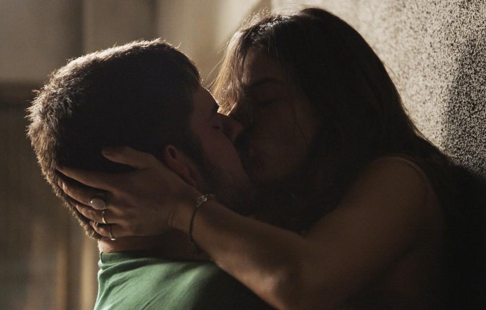 Em 'A Força do Querer', Zeca (Marco Pigossi) não resiste e beija Rita (Isis Valverde) — Foto: Globo