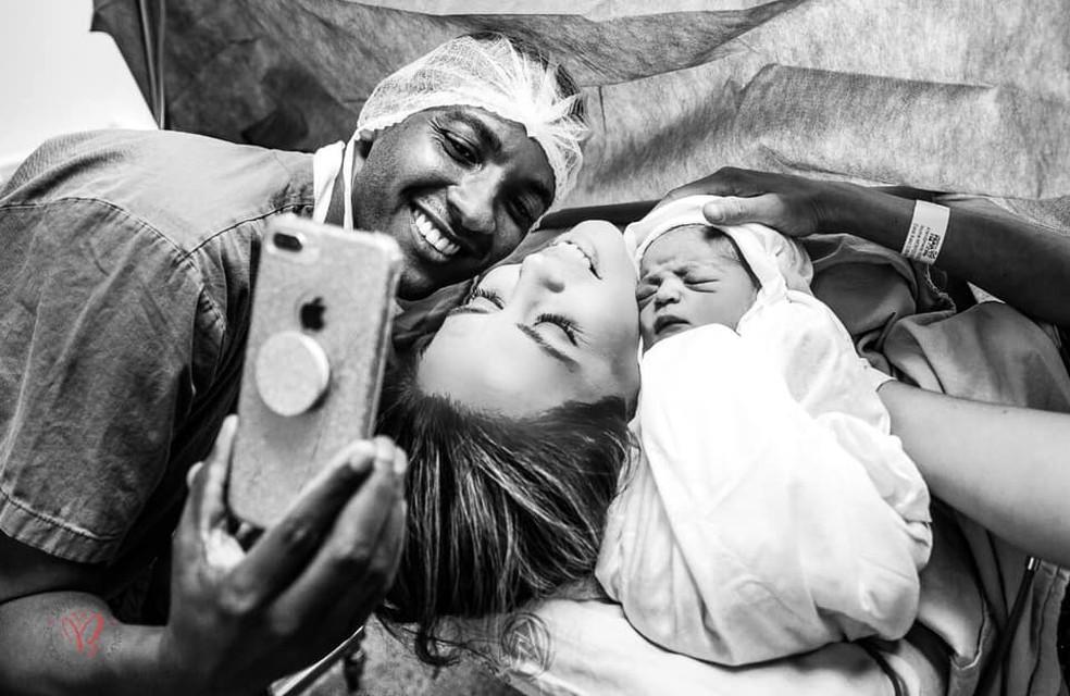 Família registrou o nascimento de Noah, em Vila Velha — Foto: Janaína Brasil