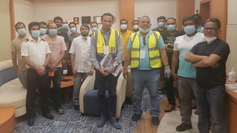 Representantes da Federação Internacional dos Trabalhadores em Transporte (ITF) embarcaram no Ever Given na semana passada para verificar a saúde e o bem-estar da tripulação — Foto: ITF/BBC