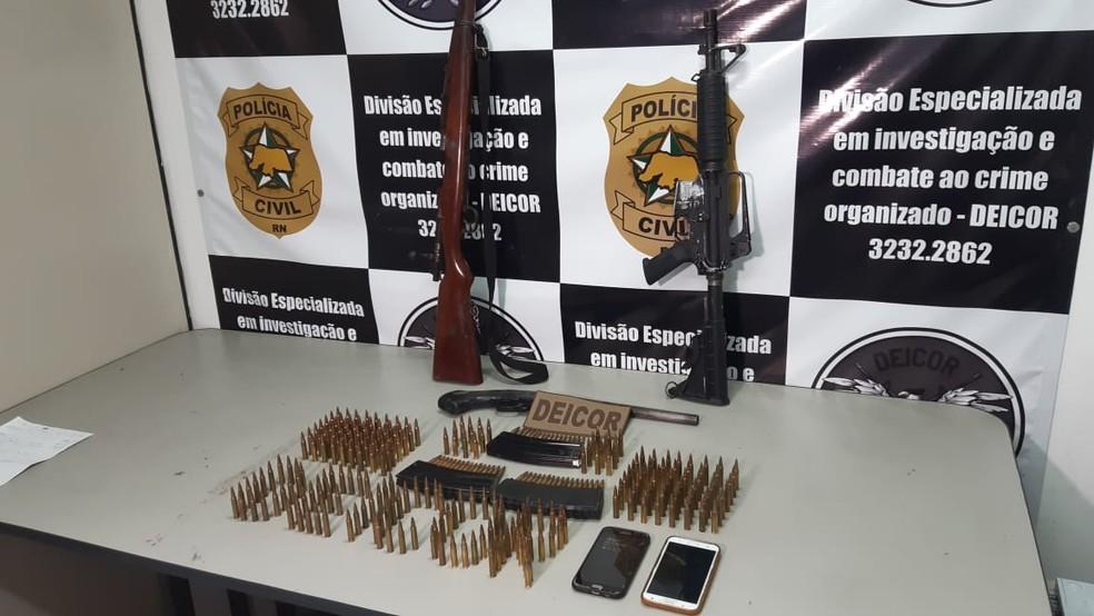 Fuzis, escopeta e munições apreendidas em operação da Polícia Civil no RN — Foto: Sérgio Henrique Santos/Inter TV Cabugi