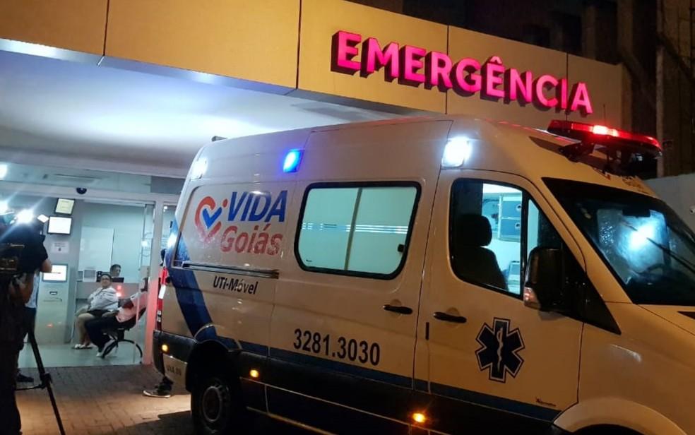 Ambulância levou o governador até o aeroporto de Goiânia para seguir de avião para São Paulo — Foto: João Vitor Guedes/TV Anhanguera