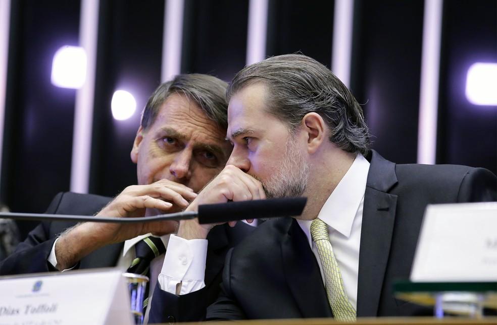 Presidente eleito Jair Bolsonaro (à esquerda) conversa com o presidente do STF, Dias Toffoli, durante sessão solene no Congresso sobre os 30 anos da Constituição — Foto: Cleia Viana/Câmara dos Deputados