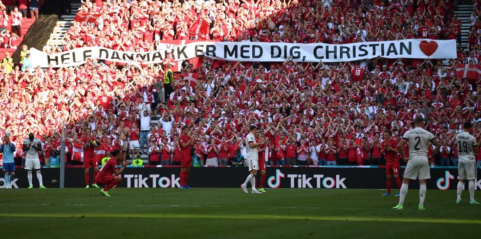 Homenagem para Christian Eriksen aos dez minutos do jogo entre Dinamarca e Bélgica — Foto: REUTERS/Stuart Franklin