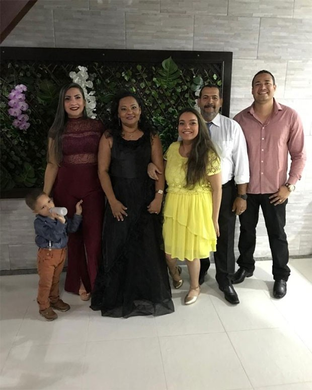 Mara Viana ao centro com a filha, Aracy, e o marido, José, ladeada por um casal de amigos (Foto: Arquivo pessoal)