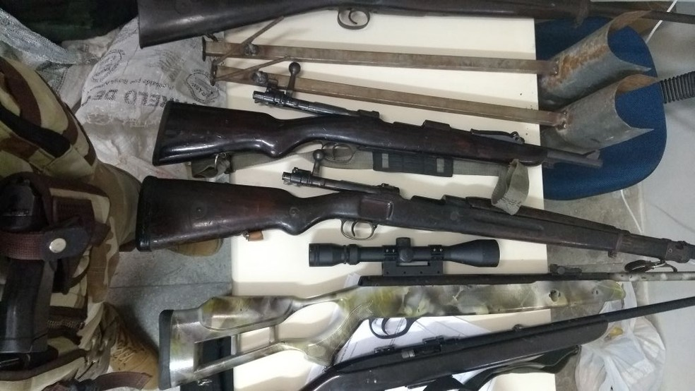 Armas de grosso calibre foram apreendidas com suspeitos de integrar quadrilha especializada em assalto a carros-fortes e instituições financeiras (Foto: Divulgação/PM)