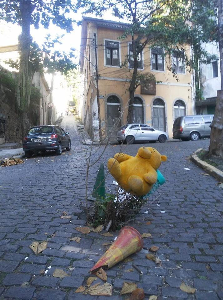 Ursinho faz parte de protesto contra rua esburacada