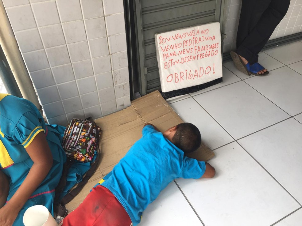 Grupo de venezuelanos pede ajuda à população em lojas e casas lotéricas do Centro de Teresina — Foto: Maria Romero/G1