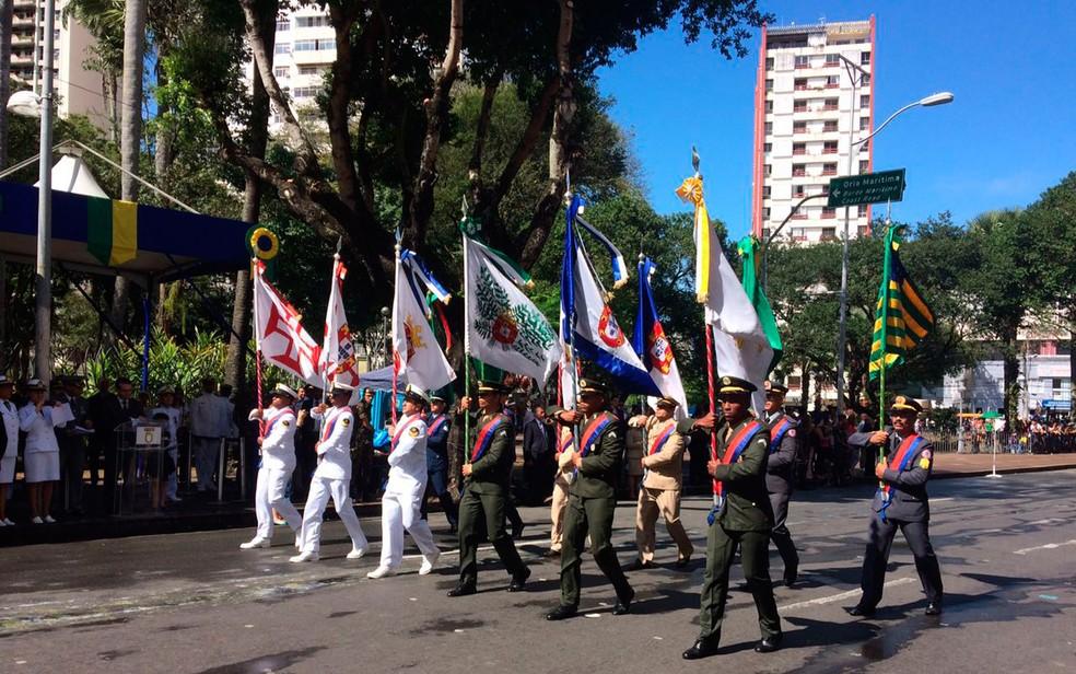 Desfile passa pela praça do Campo Grande (Foto: Henrique Mendes/G1)