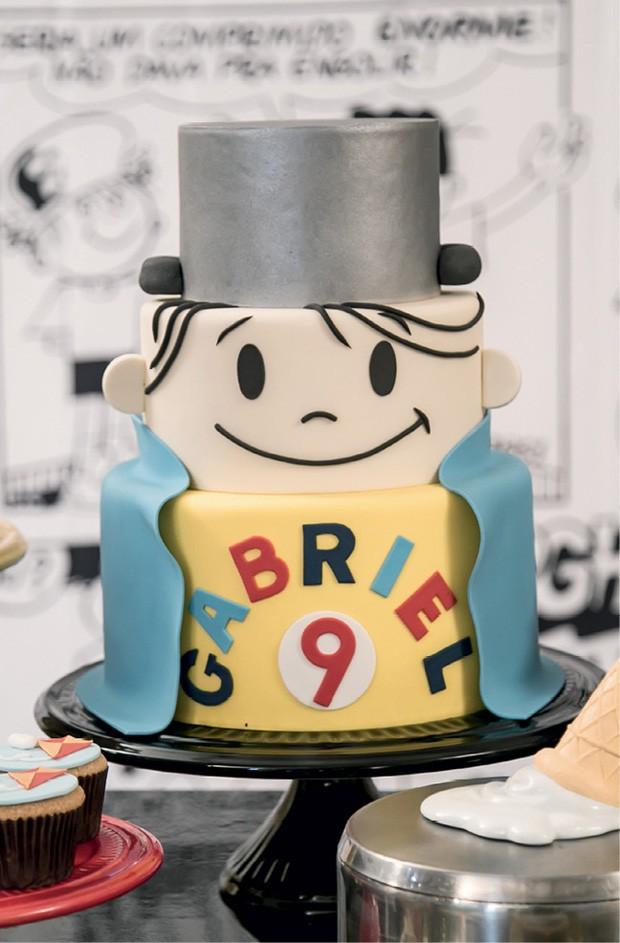 O bolo — Com massa de coco e recheio de brigadeiro branco, recebeu cobertura modelada em pasta americana nas cores da festa. (Foto: Thaís Galardi)
