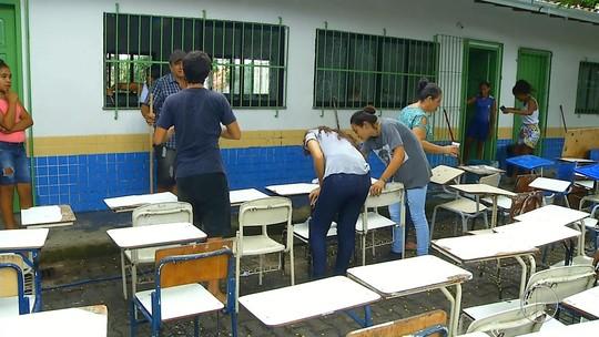Escola de Cabo Frio, RJ, faz mutirão de limpeza para que alunos voltem às aulas após acordo com professores