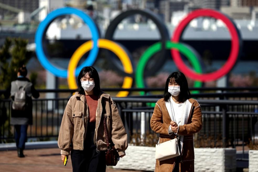 Mulheres em Tóquio se protegem da pandemia do coronavírus — Foto: Athit Perawongmetha/Reuters