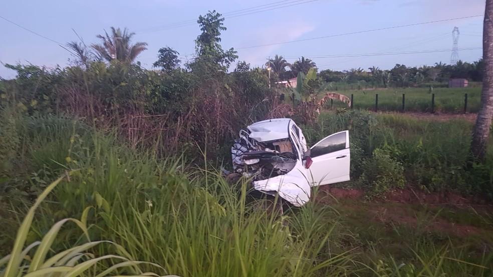 Colisão deixou veículo de pai e filhos destruído na parte do passageiro na BR-364 em RO.  — Foto: Divulgação/PRF