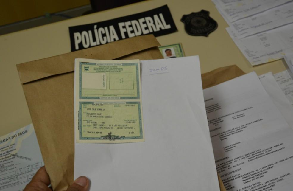 Cédula de identidade foi apreendida com dupla suspeita de fraudar documentos — Foto: Polícia Federal/Divulgação